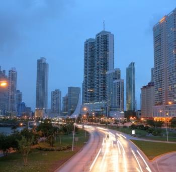 impresionantes vistas de la ciudad de panamá por la puesta de sol.
